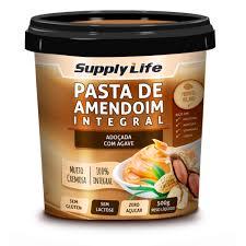 A Pasta de Amendoim é rica em gorduras boas, proteínas e vitamina E. Não contém glúten, nem lactose e é uma ótima opção  de pré-treino por ser fonte de energia. Muito saborosa, pode ser  consumida pura ou acompanhada de pães, torradas, tapioca e frutas, além  de compor receitas de bolos e cookies, por exemplo. A pasta integral de amendoimé  um alimento saudável, pois concentra as gorduras boas do amendoim,  gorduras monoinsaturadas, que não provocam o aumento do colesterol. Gorduras boas, saudáveis para o coração, rica  em proteínas, cerca de 5g de proteína = 1 colher de sopa, dá energia para os treinos, baixo teor de carboidrato e, as versões sem açúcar são boas opções para diabéticos.