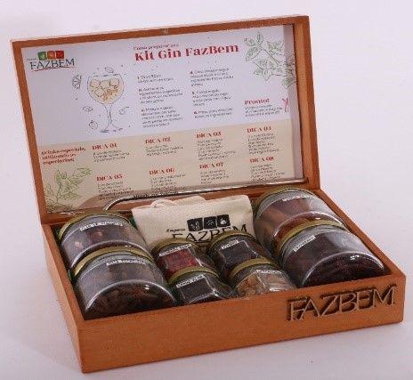 Hibisco / Cranberry / Anis estrelado / Canela rama / Pimenta rosa / Cardamomo / Cravo flor / Zimbro / Kit canudo de inox / Caixa de MDF FazBem.